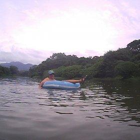 Carlos flotando en el Río Don Diego